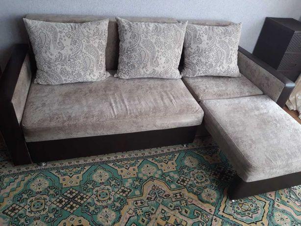 Продам угловой диван с пуфиком