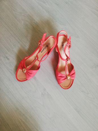 Обувки на платформа в коралов цвят