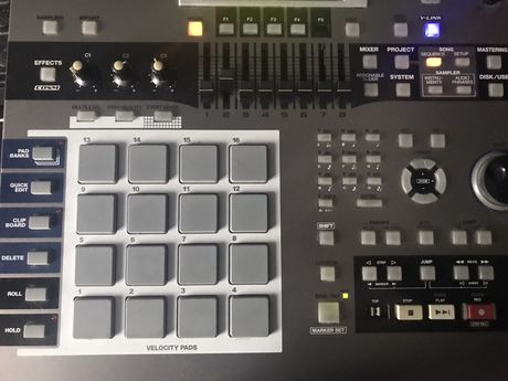 Roland MV 8000 (drum machine,sequencer,drumpad)