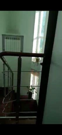 Перила на лестницу из нержавеющей стали с отделкой из бука .