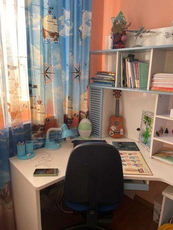Компьютерный стол и полки для детей (включая шкаф)