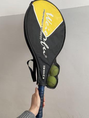 Теннисная ракетка с мячами
