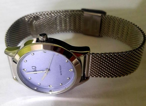 Спортно-елегантен дамски часовник с лилав циферблат