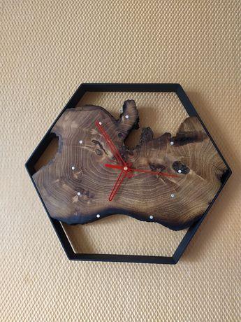 Стенен часовник изработен в индустриален стил.