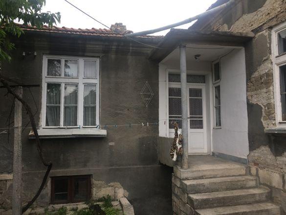 Тухлена къща тип 4 с двор в предпочитан квартал с всички комуникаци.