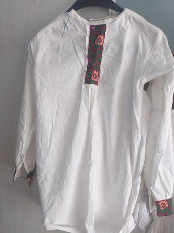 Costum popular lucrat manual