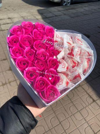 Кутия с рози и бонбони