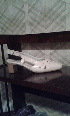 Vand sandale noi din piele,marca ARA marimea 37