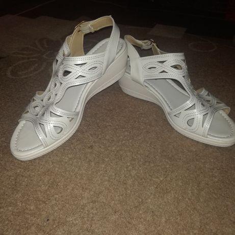 Чисто нови сандали