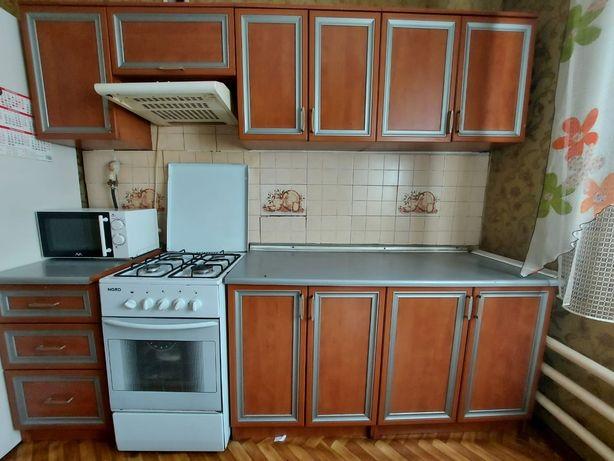 Кухонный мебель в хорошем состоянии  качество отличное, цвет коричневы