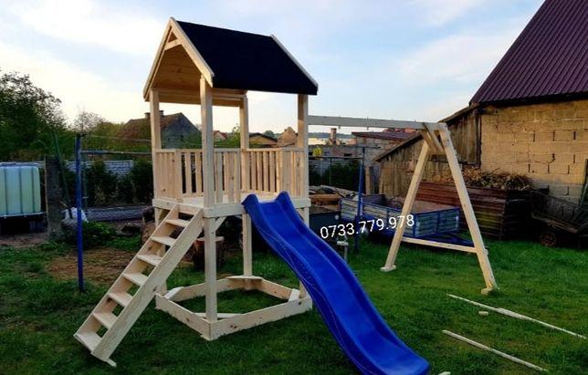 Spațiu  loc de joaca  pentru copii  căsuța lemn  leagăn  topogan
