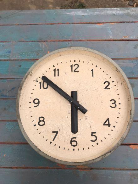стар електрически часовник