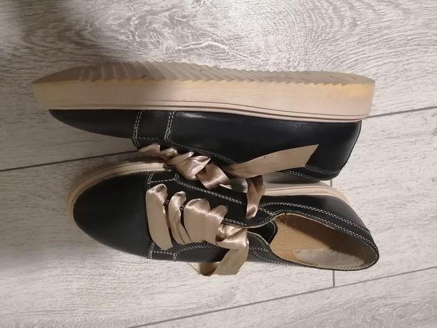 Pantofi negri cu șiret