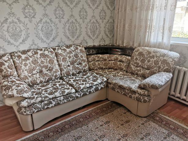 Продам угловой диван с креслом.