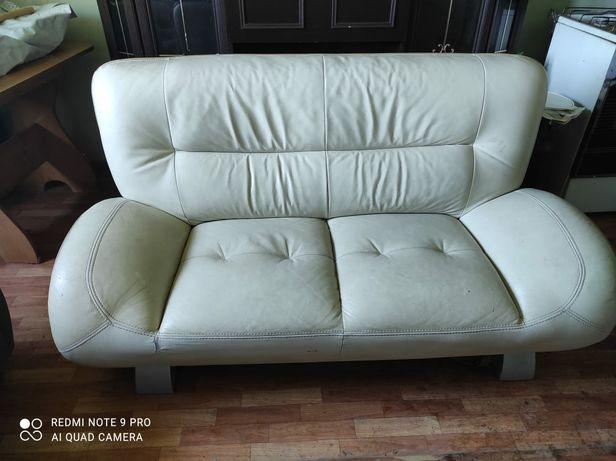 Продается кожаный диван.