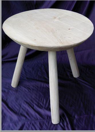 Masa din lemn cu trei picioare