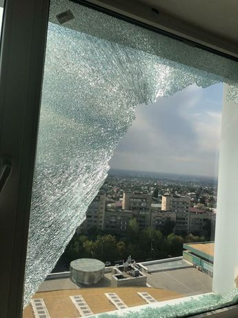 замена разбито стекла в окнах и дверях, зеркала и стеклопакета