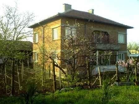Къща (тухли , здрав покрив и комини , 2 етажа , с лозе и порта, овощни