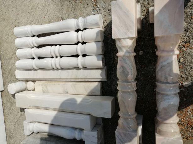 Vând baluștrii din marmura de Ruschita si bile de marmurcu postament