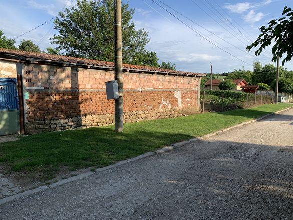 Двор с къща в регулация с. Радишево