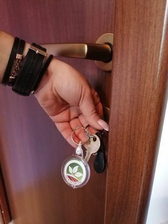 """Кръгъл ключодържател с две лица с лого """"За Карайсен"""""""