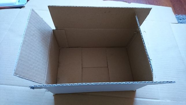 Cutii mici albe carton.