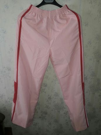 Pantaloni de fâș roz și albi.