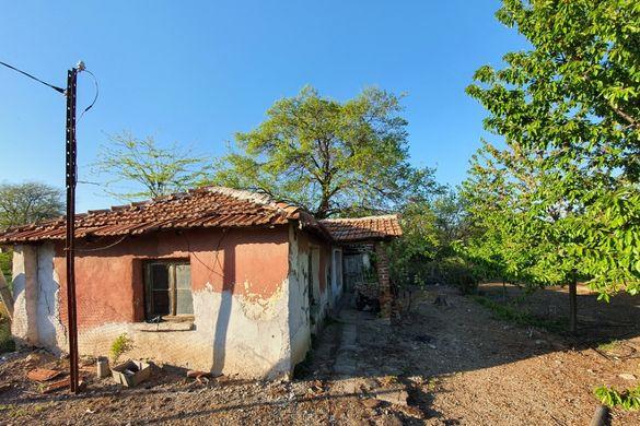 Продавам земя в с.Болярци 2080кв.м. статут УПИ с малка къщичка