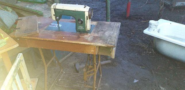 masina de cusut si mobila veche