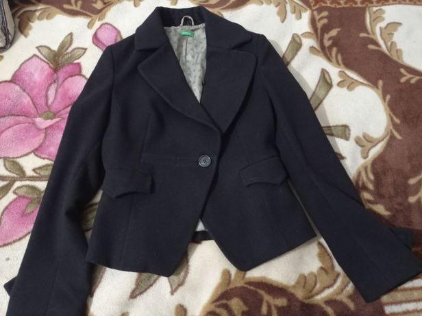 Продам пиджак United Colours of Benetton женский черного цвета, теплый