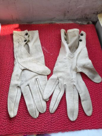 manusi piele foarte vechi , purtate de o vedeta la echitatie
