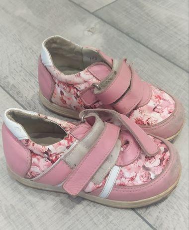 Отдам бесплатно обувь для девочки