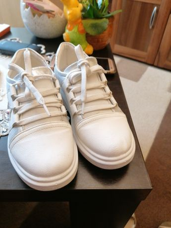 Pantof sport mărimea 33 culoare alb purtat de 2-3 ori