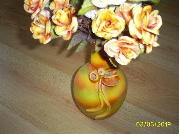 Керамична вазичка с изкуствени цветя