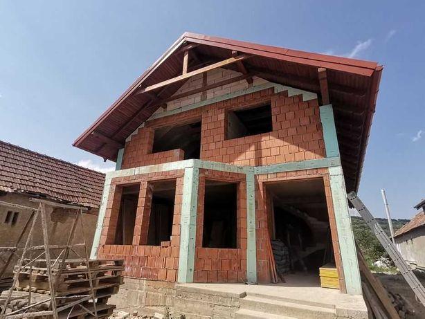 Construcții case la rosu sau la cheie