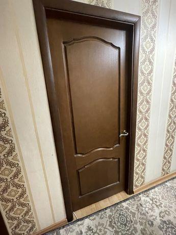 Двери и кухонный гарнитур вместе с плитой/раковиной