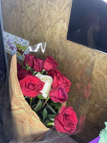 Продам букет из 9 красных и 1 белой роз