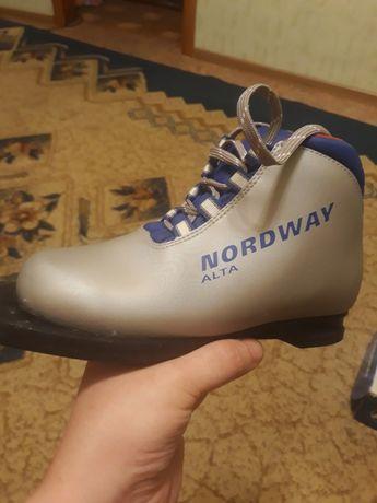 Продам лыжные ботинки 33р
