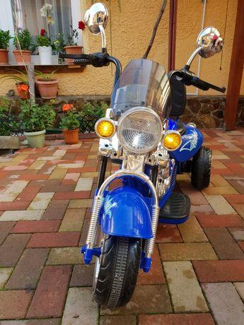 Motocicletă electrică cu lumini cu două viteze .