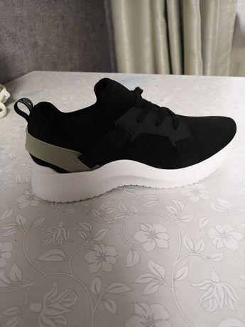 Продам обсолютно новые кроссовки