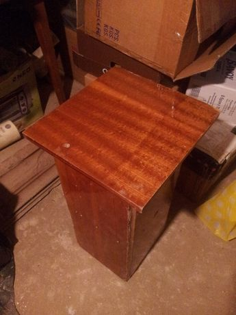 Продавам маса - за поставяне на инструменти, прибори, ваза и т.н.