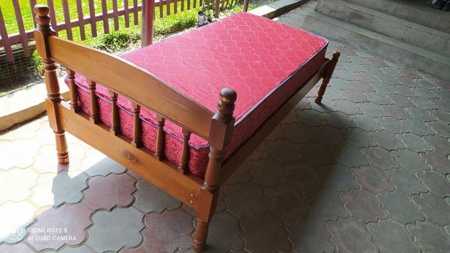 Продам кровать хорошую деревянную с матрасом
