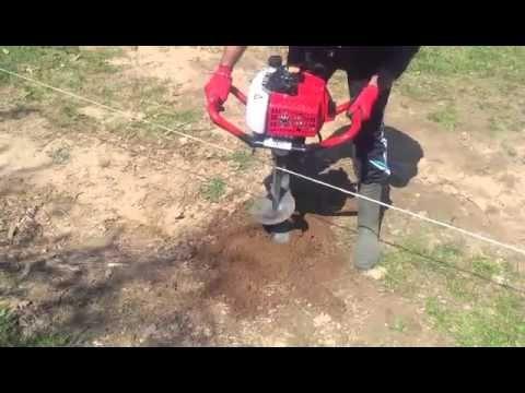 Пробиване дупки за огради и дръвчета с моторен свредел