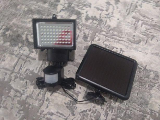 Corp de iluminat cu led, are panou solar si senzor de miscare