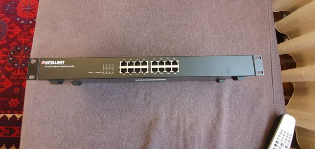 Switch profesional de rack sau desktop fast ethernet Intellinet