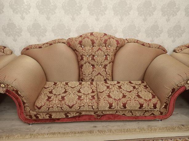 Продам красивый диван с двумя креслами