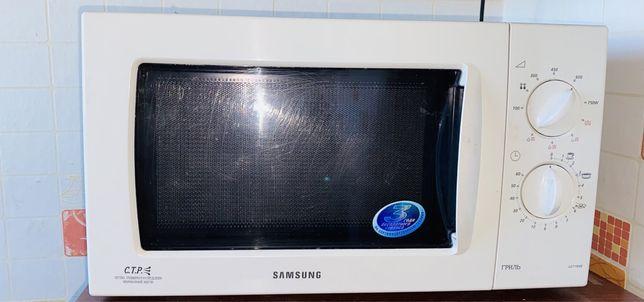 Микроволновая печь рабочем состоянии