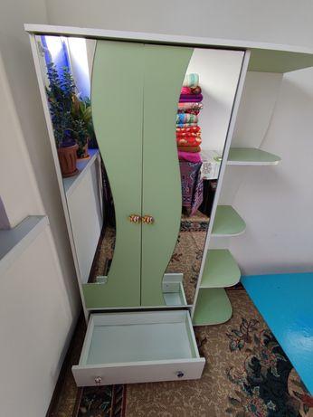 Продам детскую кроватку и шкаф в хорошем состоянии.