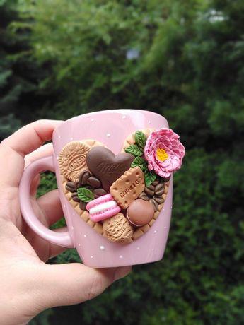 Чашка декорирана с полимерна глина със сладкиши и кафе