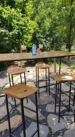 Висока дървена маса с 4 броя бар столове
